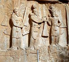 Relief zu Taq-e Bostan: Investitur Ardaschirs II. mit der Darstellung der persischen Gottheit Mithra