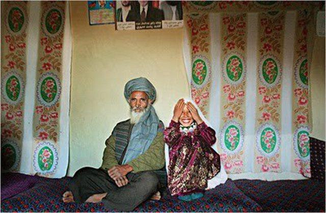 Afghanisches Mädchen mit Ehemann