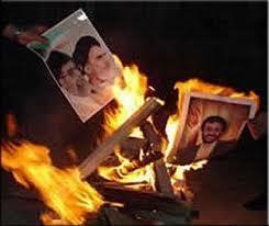 Bilder von Khamenei und Ahmadinejad brennen im Feuer Ahura Mazdas
