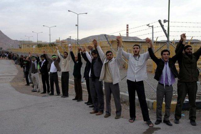 Bassiji-Studenten bilden Menschenkette um Atomanlage