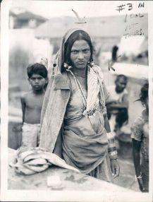 Unberühbare - English: Dalit or Untouchable Woman of Bombay (Mumbai) according to Indian Caste System - 1942