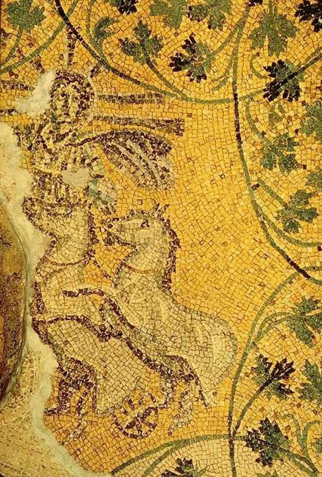 Christus als unbesiegbarer Sonnengott (Sol invictus) in der vatikanischen Nekropole: Mit Heiligenschein und Strahlenkranz in einem von Osten nach Westen fahrenden Sonnenwagen, in der linken Hand die Weltkugel.