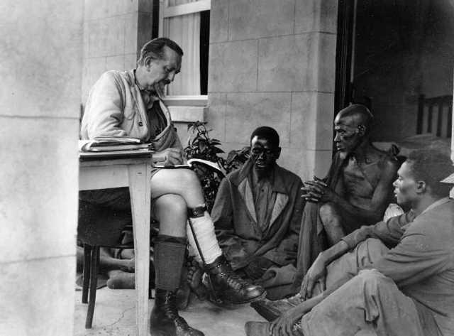 Leo Frobenius schreibt Märchen auf, Afrika-Expedition des Instituts für Kulturmorphologie 1928–1930, zeitgenössische Fotografie, Frobenius-Institut