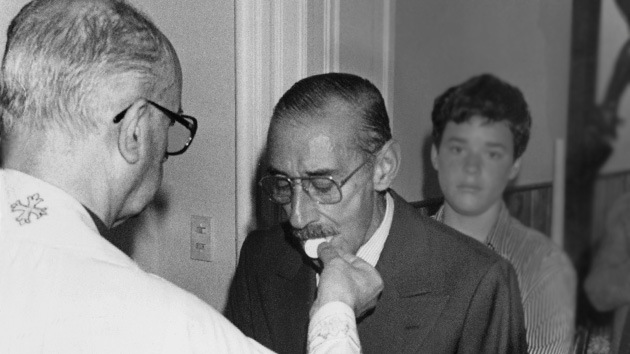 Papst Franziskus erteilt dem Faschist Jorge Videla die Kommunion