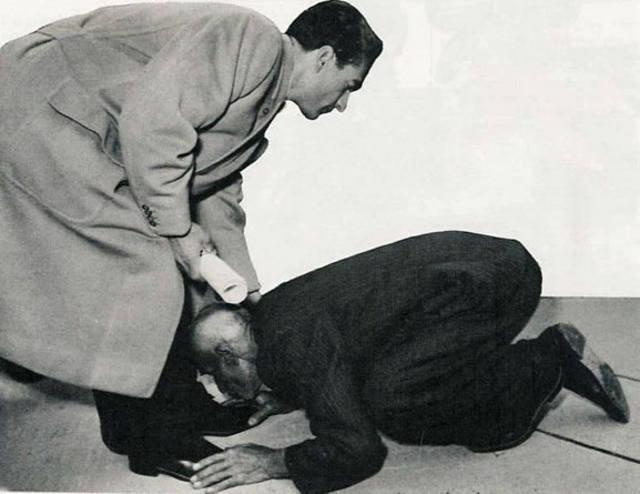 Shah of Iran foot kissing