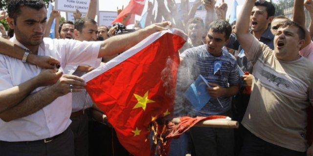 uiguren-verbrennen-chinesische-flagge