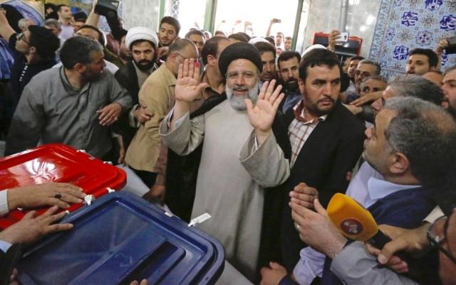Der iranische Spitzenkandidat des erzkonservativen Klerus, Ebrahim Raisi, gibt in einem Wahllokal in Teheran, Iran, seine Stimme ab.